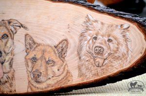 Brandmalerei auf Holzstamm
